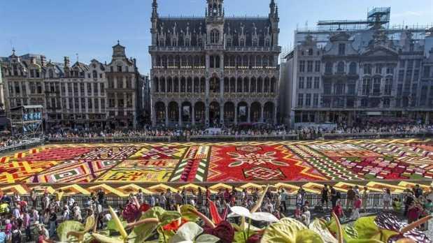 La Grand Place de Bruselas se cubre de flores.